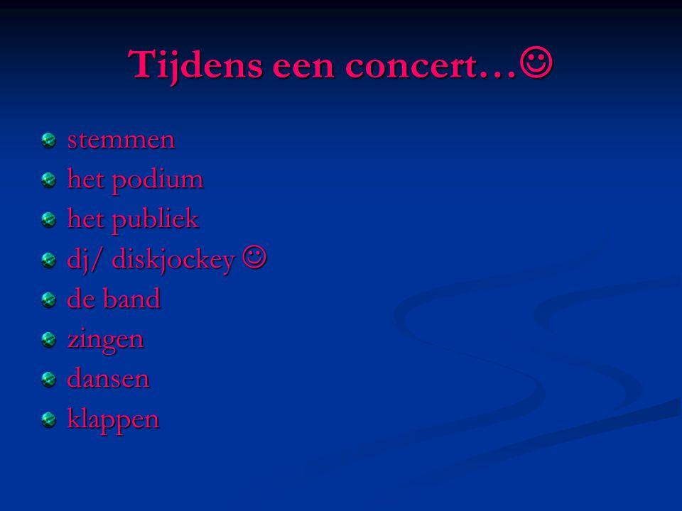 Tijdens een concert… Tijdens een concert… stemmen het podium het publiek dj/ diskjockey dj/ diskjockey de band zingendansenklappen