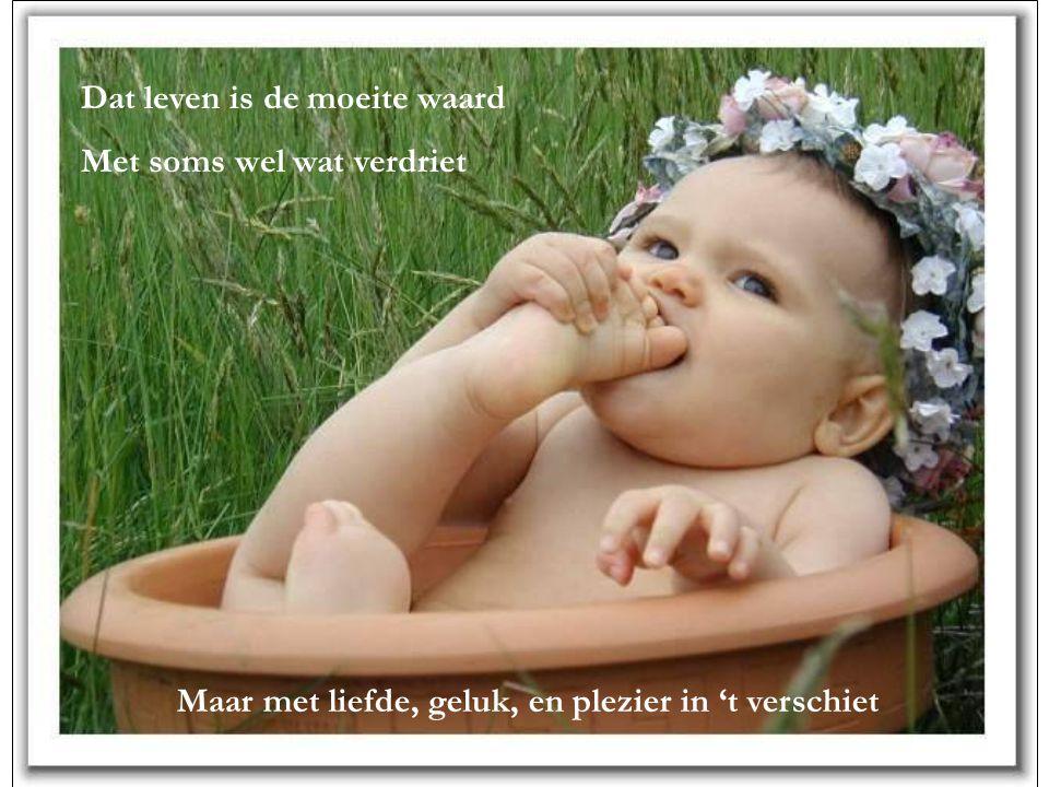 De glimlach van een kind Doet je beseffen dat je leeft De glimlach van een kind Dat nog een leven voor zich heeft