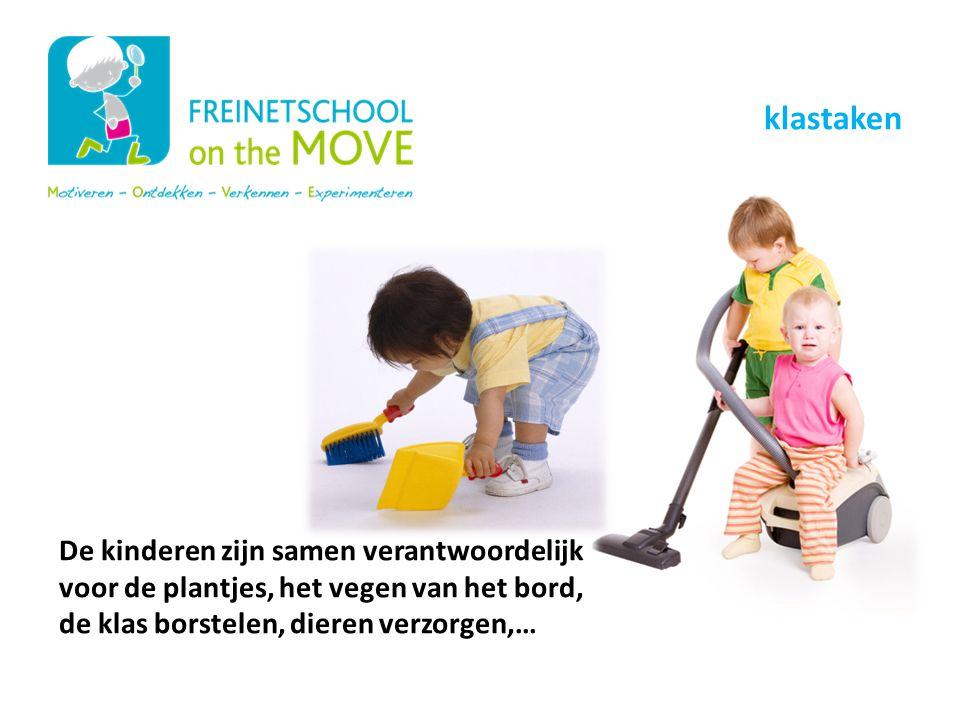 De kinderen zijn samen verantwoordelijk voor de plantjes, het vegen van het bord, de klas borstelen, dieren verzorgen,… Onze schoolwerking klastaken