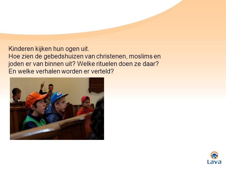 Kinderen kijken hun ogen uit. Hoe zien de gebedshuizen van christenen, moslims en joden er van binnen uit? Welke rituelen doen ze daar? En welke verha
