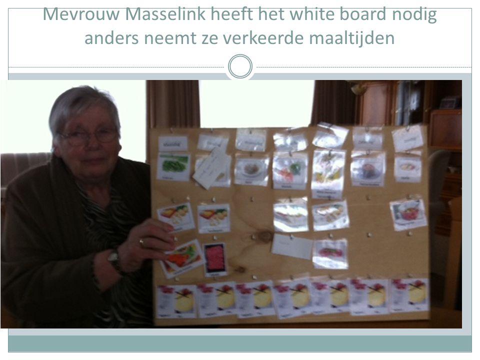 Mevrouw Masselink heeft het white board nodig anders neemt ze verkeerde maaltijden