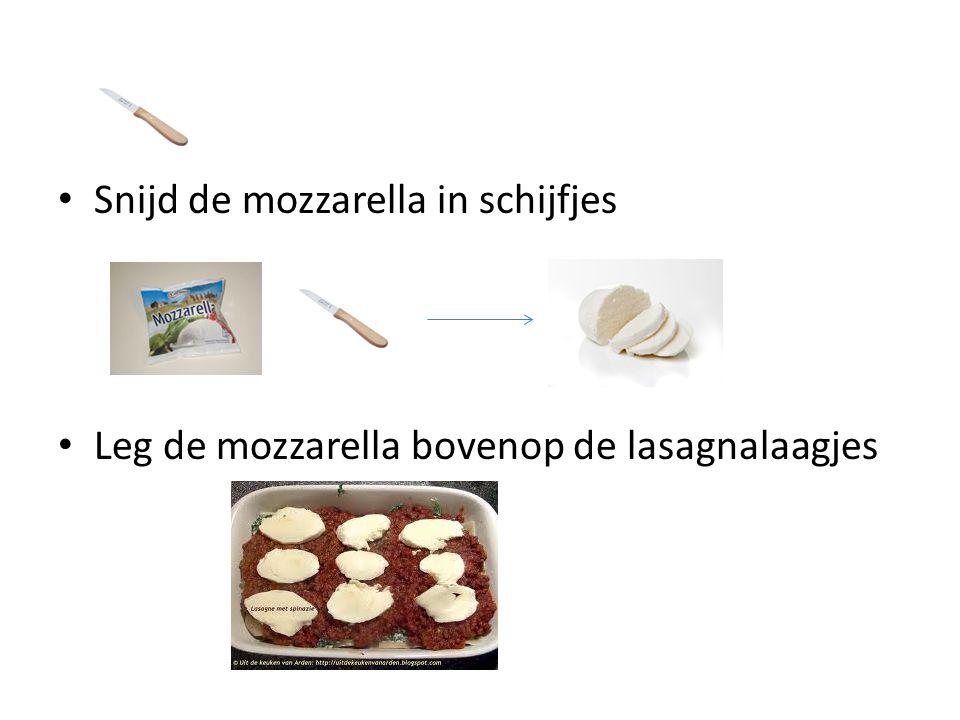 Snijd de mozzarella in schijfjes Leg de mozzarella bovenop de lasagnalaagjes