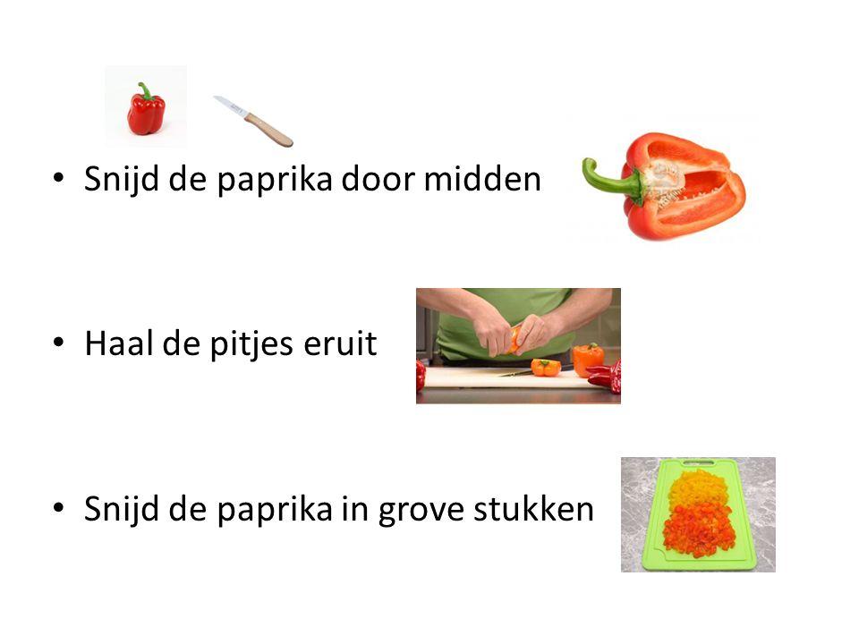 Snijd de paprika door midden Haal de pitjes eruit Snijd de paprika in grove stukken