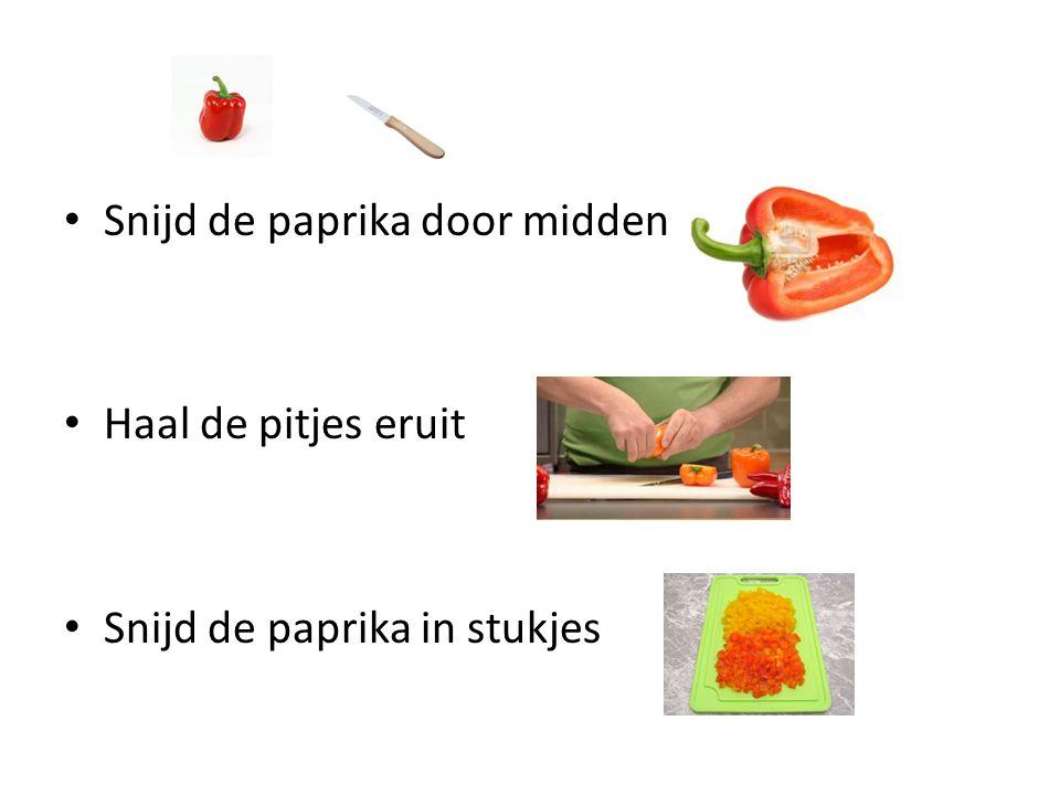 Snijd de paprika door midden Haal de pitjes eruit Snijd de paprika in stukjes