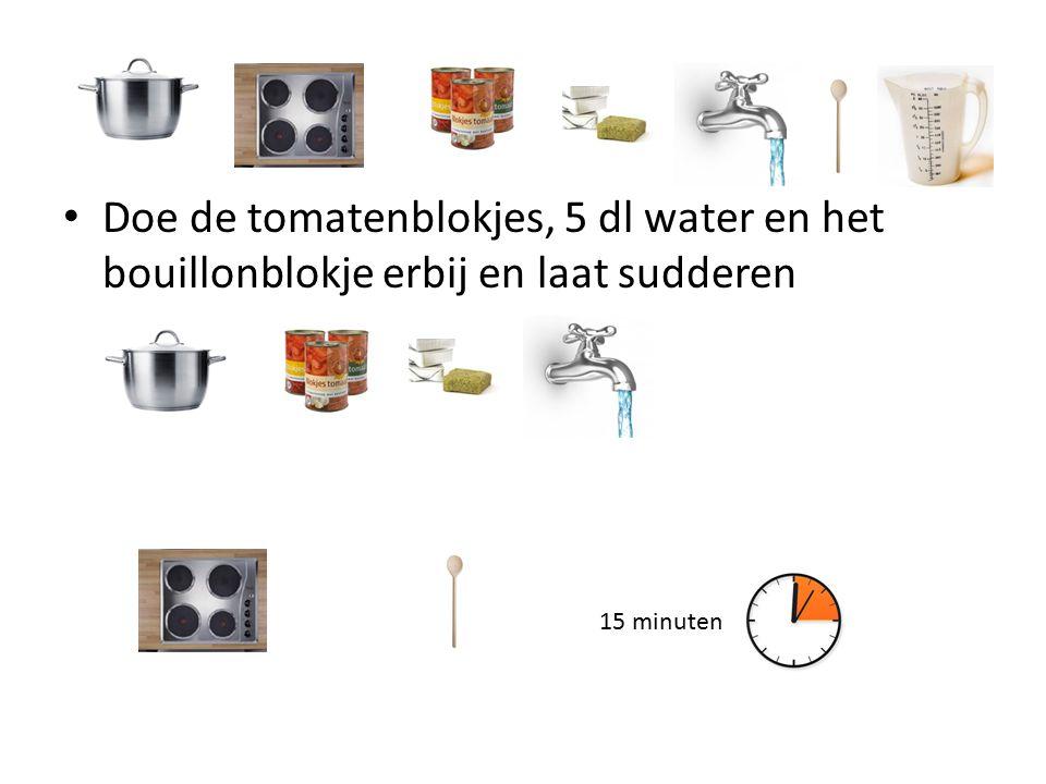 Doe de tomatenblokjes, 5 dl water en het bouillonblokje erbij en laat sudderen 15 minuten