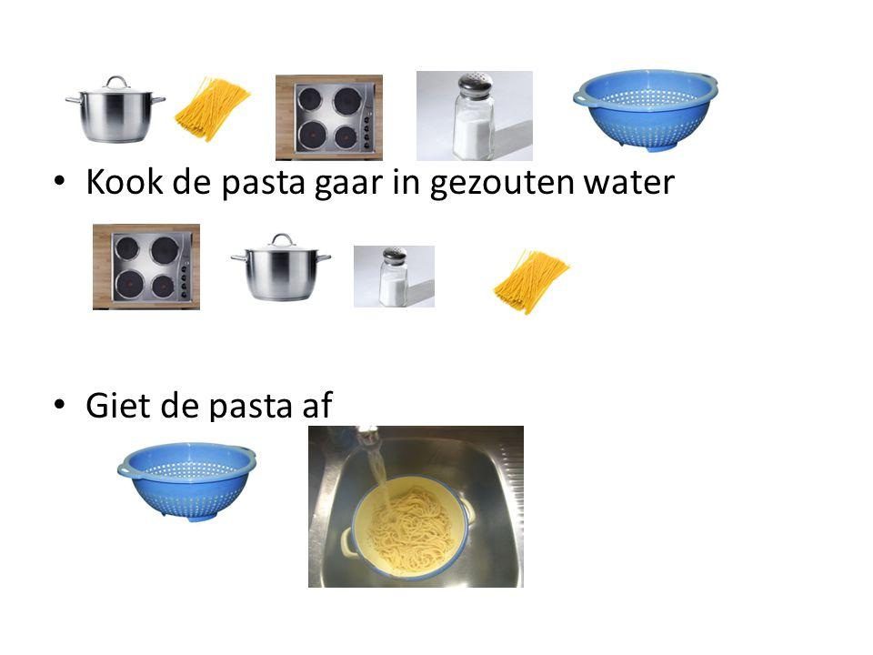 Neem pasta op een bord Doe saus over de pasta Bestrooi met kaas