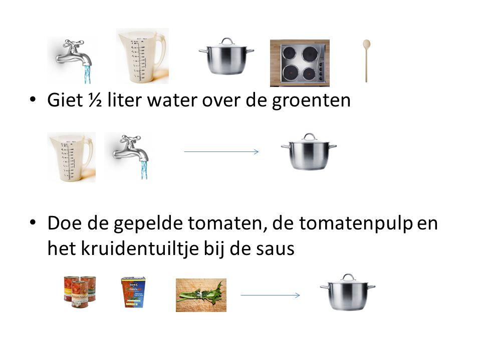 Giet ½ liter water over de groenten Doe de gepelde tomaten, de tomatenpulp en het kruidentuiltje bij de saus