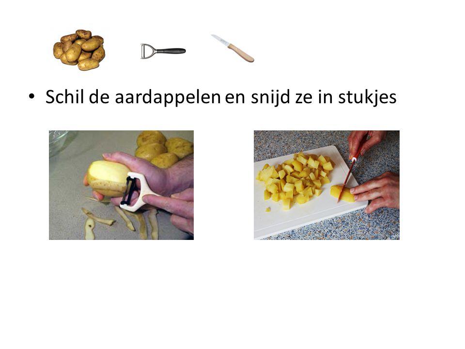 Giet het water van de aardappelen Stamp de aardappelen fijn, doe een ei en melk erbij en kruid met peper en zout