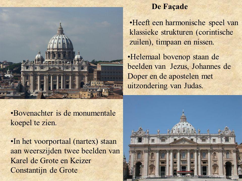 De Façade Heeft een harmonische speel van klassieke strukturen (corintische zuilen), timpaan en nissen. Helemaal bovenop staan de beelden van Jezus, J