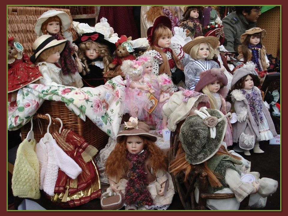 De beroemde vlooienmarkt telt meer dan duizend stands met juwelen, kunstvoorwerpen, medailles, zilverwerk, enz.… Alleen al voor de sympathieke sfeer i