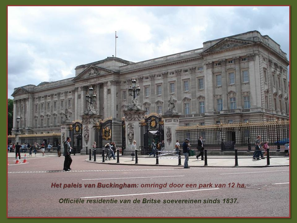 Het paleis van Buckingham Het paleis van Buckingham: omringd door een park van 12 ha.