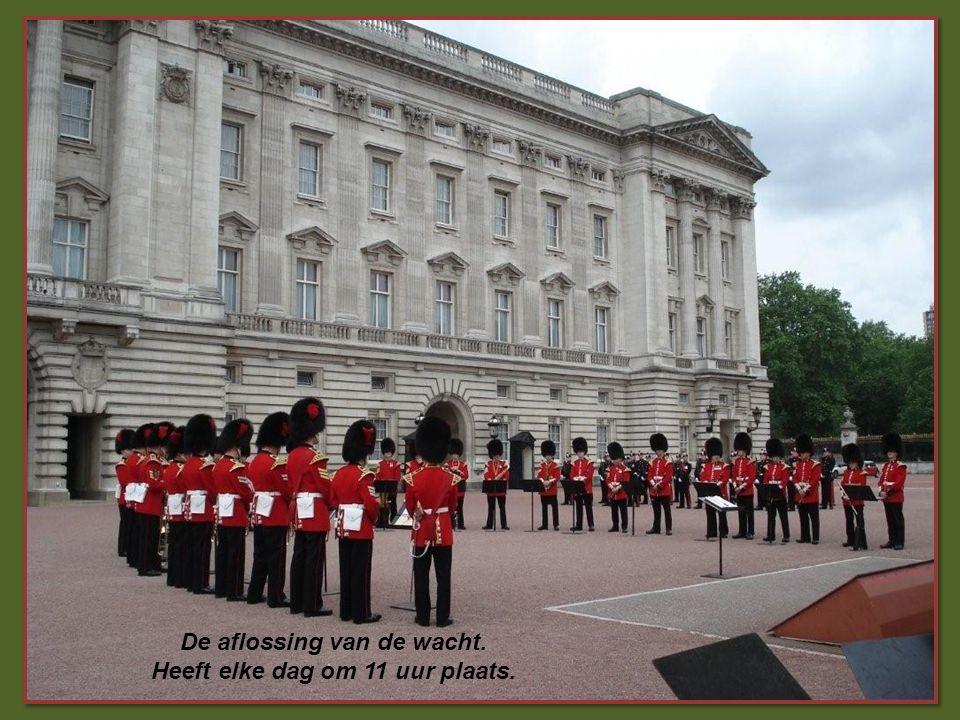 Het paleis van Buckingham Het paleis van Buckingham: omringd door een park van 12 ha. Officiële residentie van de Britse soevereinen sinds 1837.