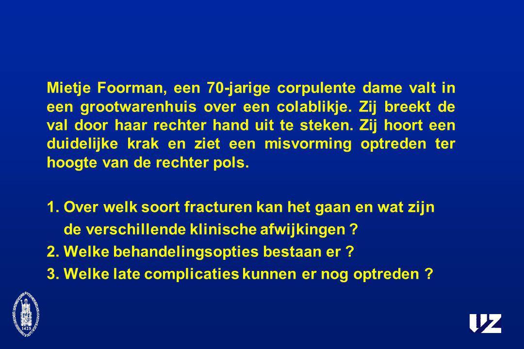 Mietje Foorman, een 70-jarige corpulente dame valt in een grootwarenhuis over een colablikje. Zij breekt de val door haar rechter hand uit te steken.