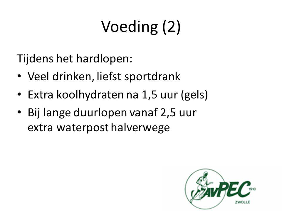 Voeding (2) Tijdens het hardlopen: Veel drinken, liefst sportdrank Extra koolhydraten na 1,5 uur (gels) Bij lange duurlopen vanaf 2,5 uur extra waterpost halverwege