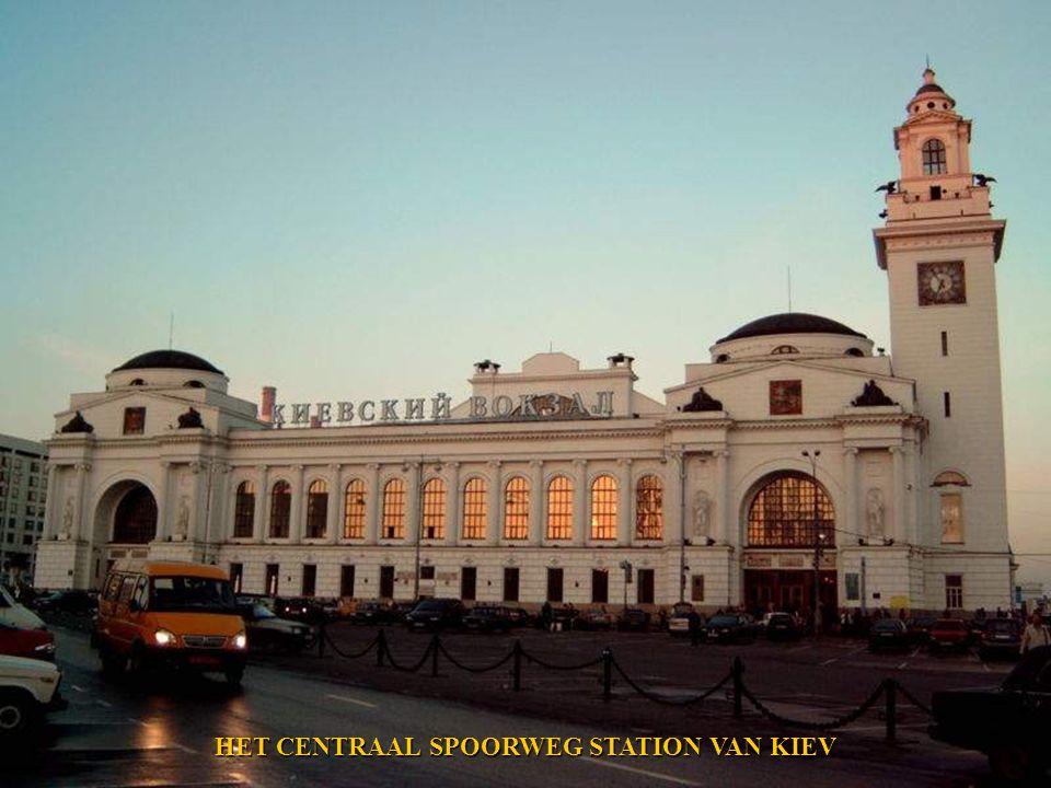HET INT. VLIEGVELD VAN MOSKOU - DOMODEDOVO.