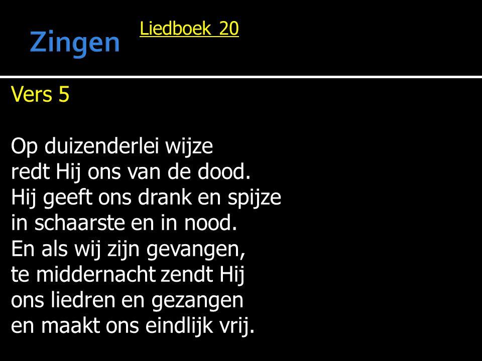 Liedboek 20 Vers 5 Op duizenderlei wijze redt Hij ons van de dood. Hij geeft ons drank en spijze in schaarste en in nood. En als wij zijn gevangen, te