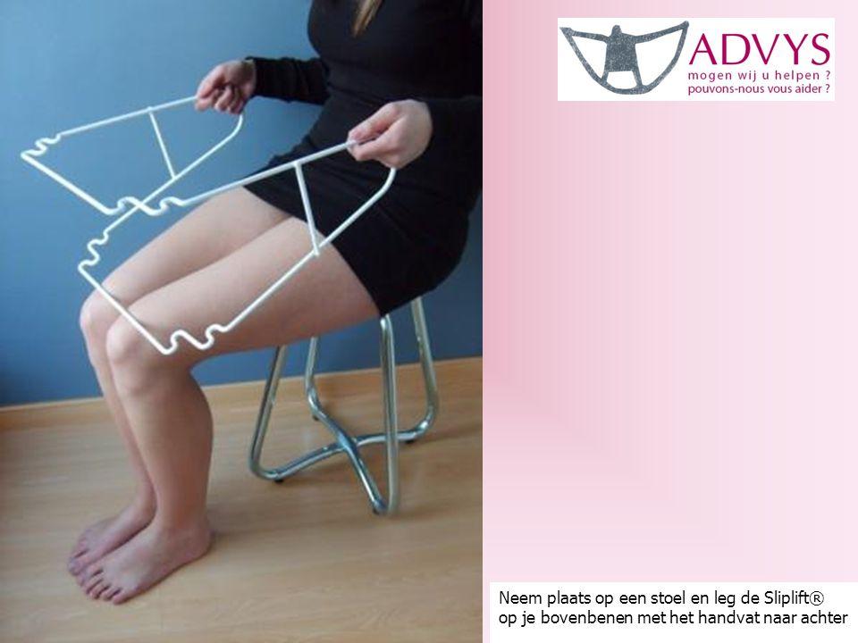Neem plaats op een stoel en leg de Sliplift® op je bovenbenen met het handvat naar achter