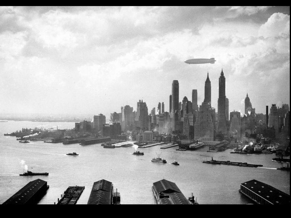 De Hindenburg boven New York. 2 uur voor de ramp in Lakehurst-New Jersey. Hij trok cirkels boven New York en bleef een tijd boven het Empire State Bui