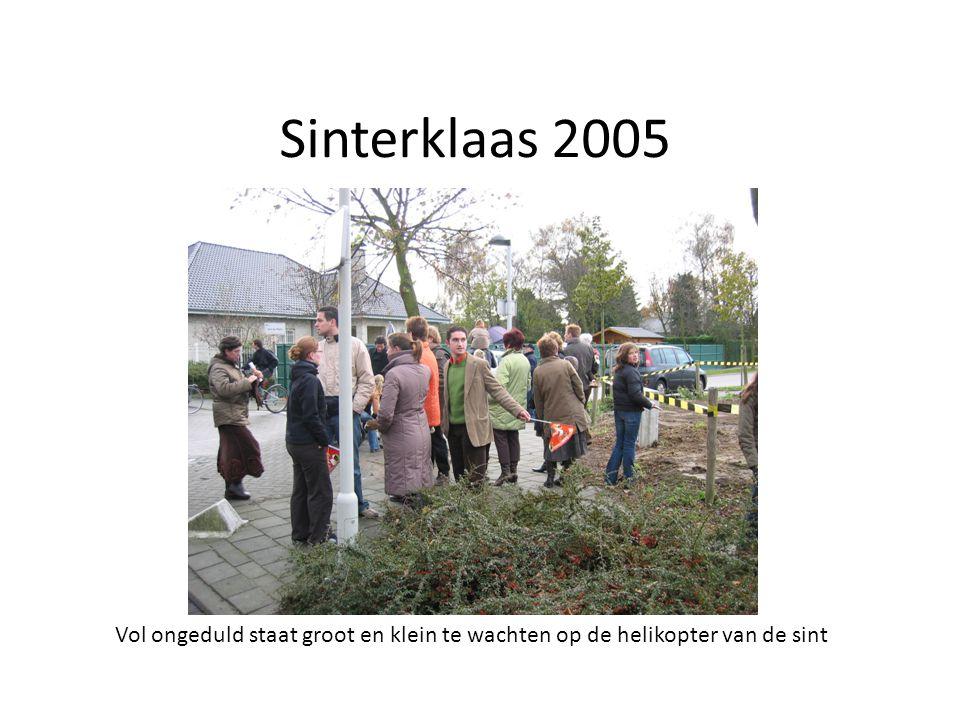 Sinterklaas 2005 Vol ongeduld staat groot en klein te wachten op de helikopter van de sint
