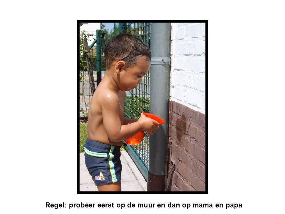 Regel: probeer eerst op de muur en dan op mama en papa