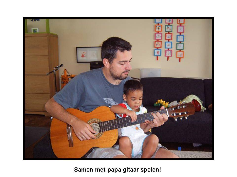 Samen met papa gitaar spelen!