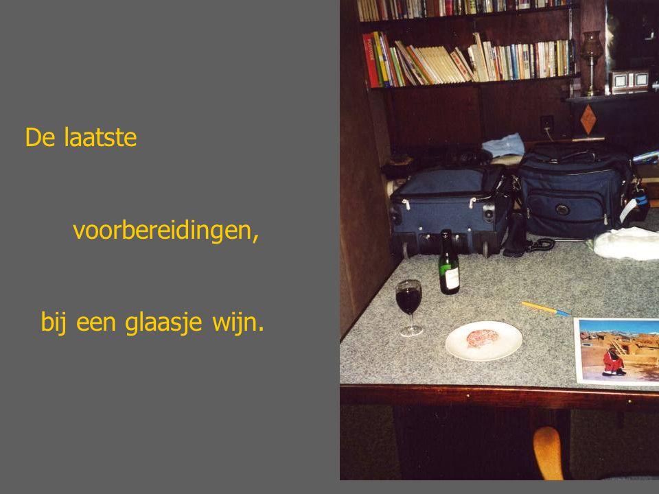 De laatste voorbereidingen, bij een glaasje wijn.