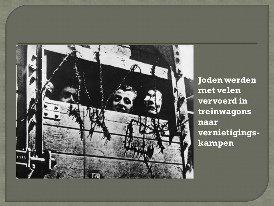Joden werden met velen vervoerd in treinwagons naar vernietigings- kampen