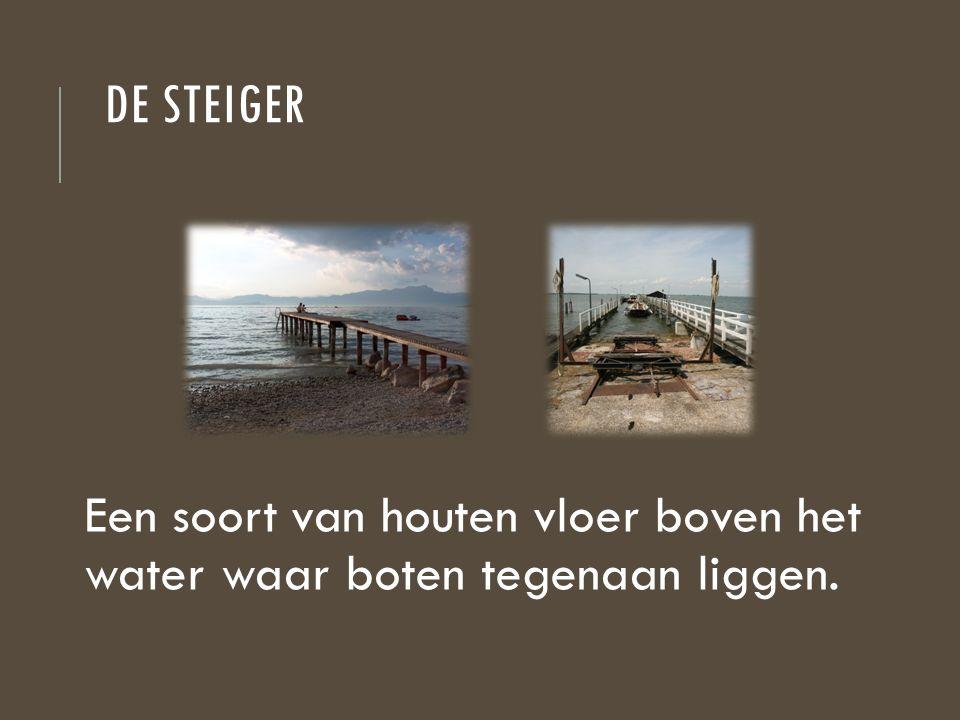 DE STEIGER Een soort van houten vloer boven het water waar boten tegenaan liggen.