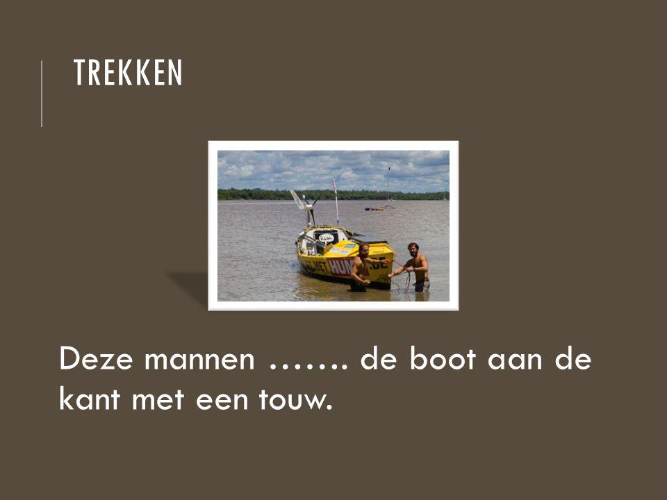 TREKKEN Deze mannen ……. de boot aan de kant met een touw.