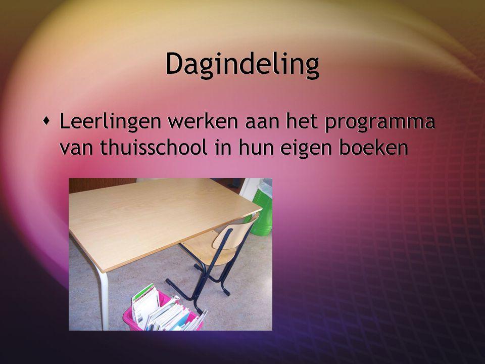 Dagindeling  Leerlingen werken aan het programma van thuisschool in hun eigen boeken