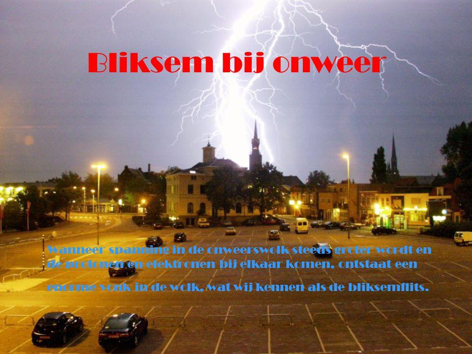 Bliksem bij onweer Wanneer spanning in de onweerswolk steeds groter wordt en de protonen en elektronen bij elkaar komen, ontstaat een enorme vonk in d