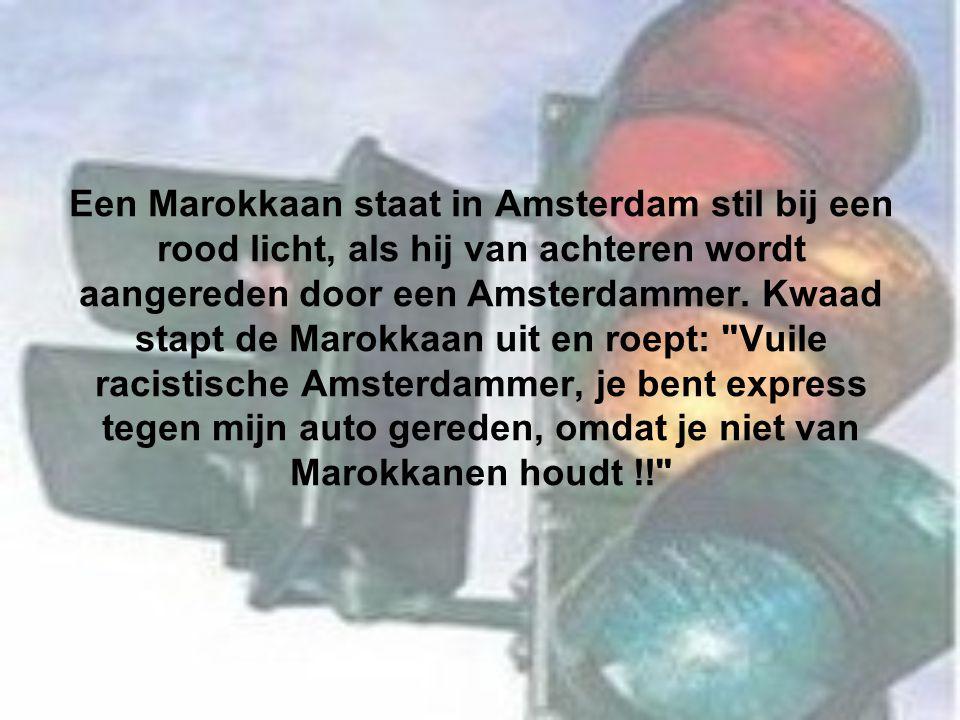 Een Marokkaan staat in Amsterdam stil bij een rood licht, als hij van achteren wordt aangereden door een Amsterdammer. Kwaad stapt de Marokkaan uit en
