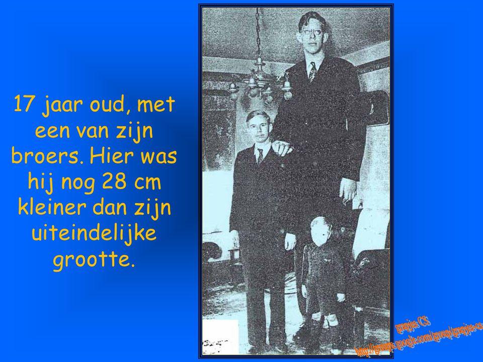 Robert, 14 jaar oud en 2m24 groot, met zijn vriend L.A. Winship (21 jaar en 1,75 m). Hij zou daarna nog een halve meter groeien.