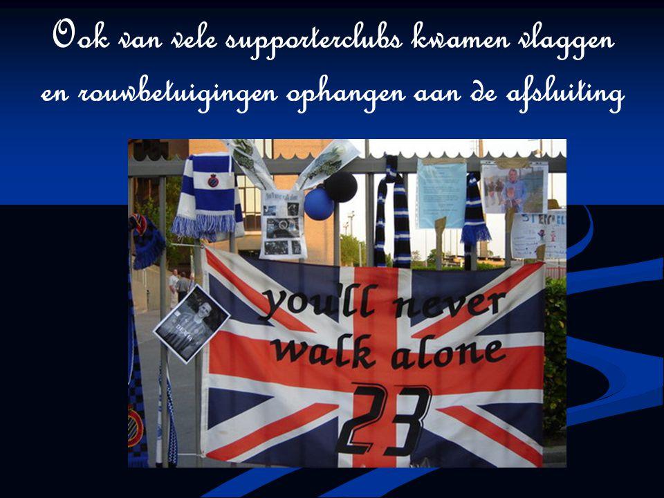 Ook van vele supporterclubs kwamen vlaggen en rouwbetuigingen ophangen aan de afsluiting