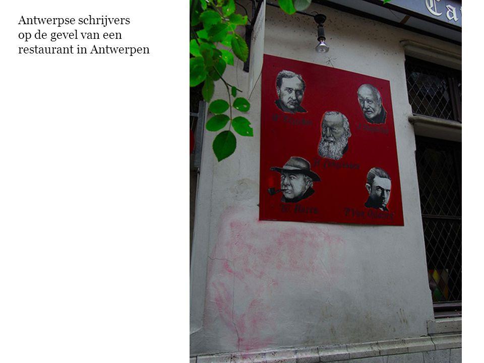 Antwerpse schrijvers op de gevel van een restaurant in Antwerpen
