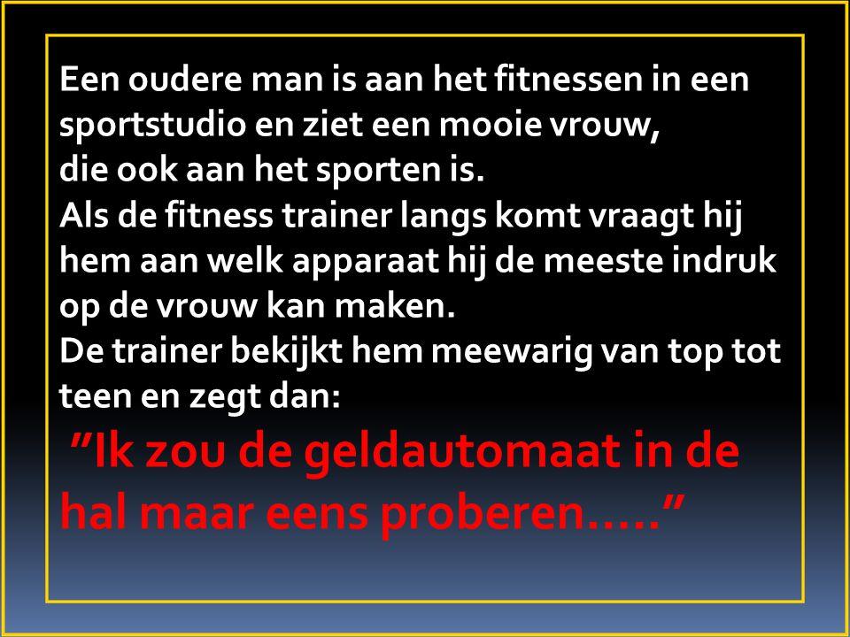 Een oudere man is aan het fitnessen in een sportstudio en ziet een mooie vrouw, die ook aan het sporten is. Als de fitness trainer langs komt vraagt h