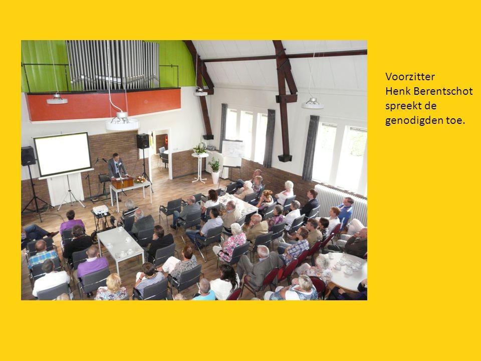 Voorzitter Henk Berentschot spreekt de genodigden toe.