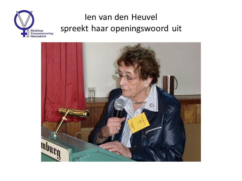 Burgemeester Jaap Nawijn spreekt het Vrouwenoverleg toe ivm 100 jaar Internationale Vrouwendag en komt niet met lege handen
