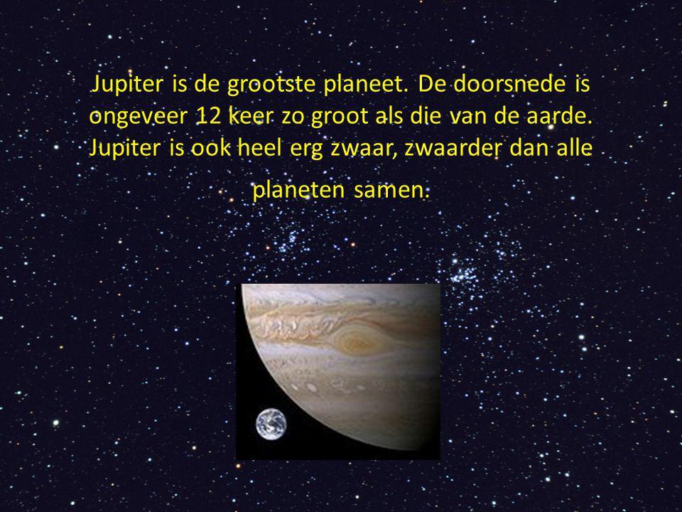 Jupiter is de grootste planeet. De doorsnede is ongeveer 12 keer zo groot als die van de aarde. Jupiter is ook heel erg zwaar, zwaarder dan alle plane
