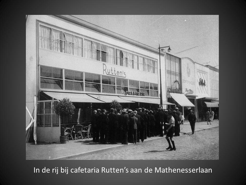In de rij bij cafetaria Rutten's aan de Mathenesserlaan