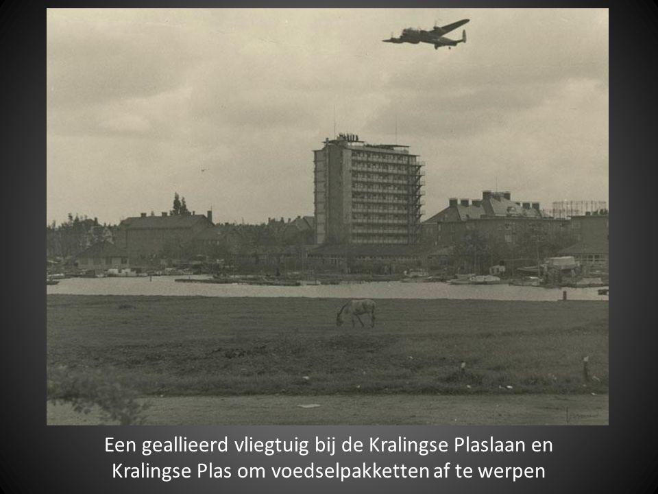 Een geallieerd vliegtuig bij de Kralingse Plaslaan en Kralingse Plas om voedselpakketten af te werpen