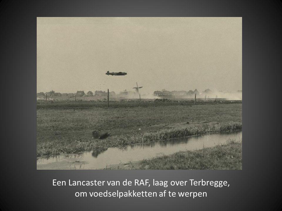 Een Lancaster van de RAF, laag over Terbregge, om voedselpakketten af te werpen