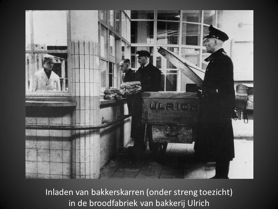 Inladen van bakkerskarren (onder streng toezicht) in de broodfabriek van bakkerij Ulrich