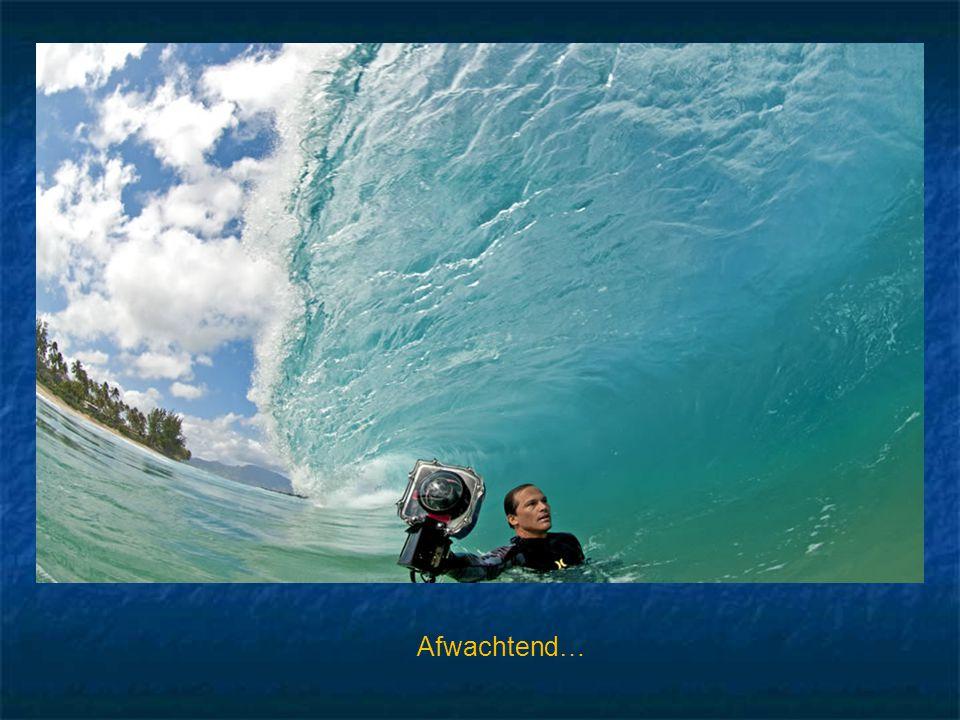 Dit is absoluut fantastisch !! Deze man gaat in het water staan en wacht tot de laatste seconde om met zijn camera een overslaande golf te fotografere