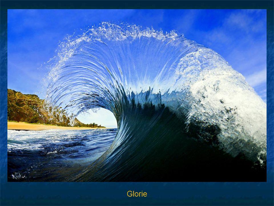De beide volgende opnamen zijn Clark's specialiteit. Twee golven botsen op elkaar. Clark heeft de kleurrijke watervlakken met hoge sluitertijd vastgel