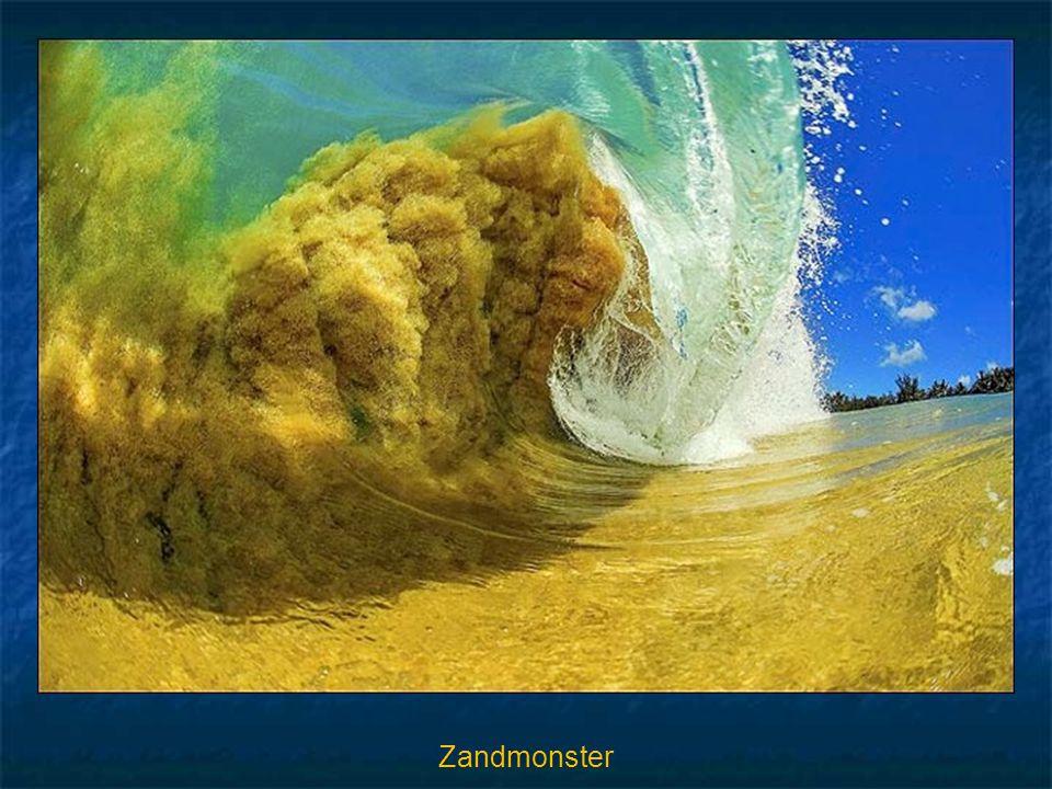 Op de volgende foto wordt het zand van de oceaanbodem omhoog getrokken in een enorme golf, als een zandstorm. Clark Little noemt het