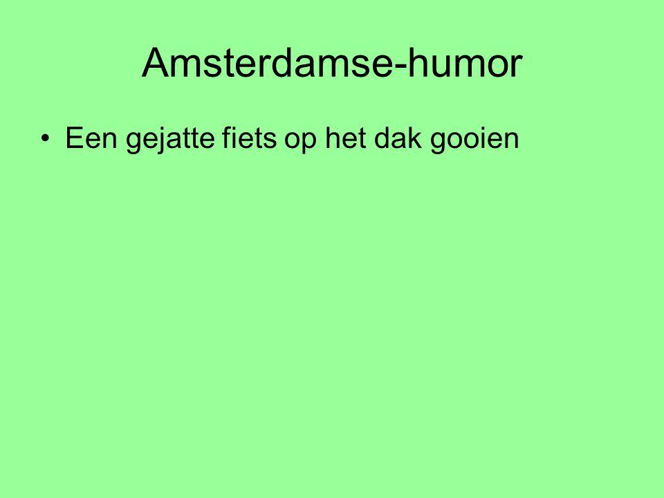 Amsterdamse-humor Een gejatte fiets op het dak gooien