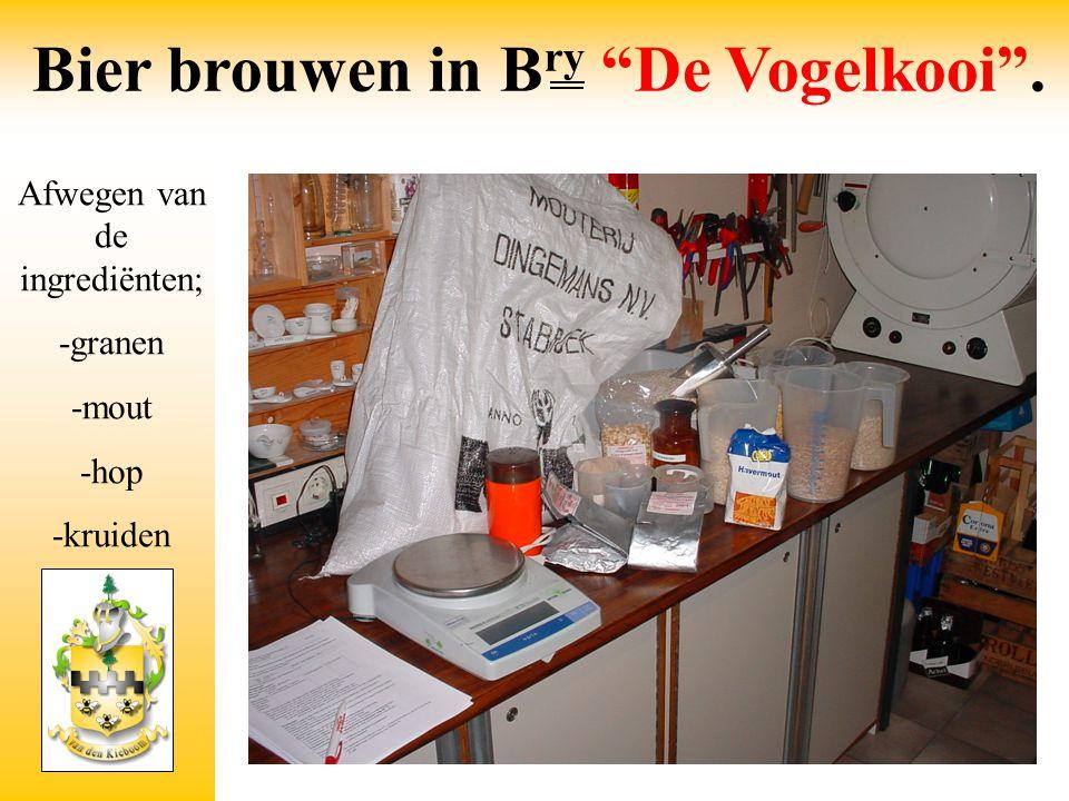 """Afwegen van de ingrediënten; -granen -mout -hop -kruiden Bier brouwen in B ry """"De Vogelkooi""""."""