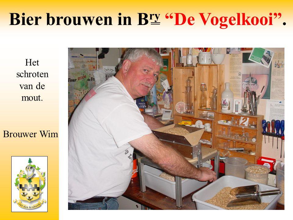 """Het schroten van de mout. Brouwer Wim Bier brouwen in B ry """"De Vogelkooi""""."""