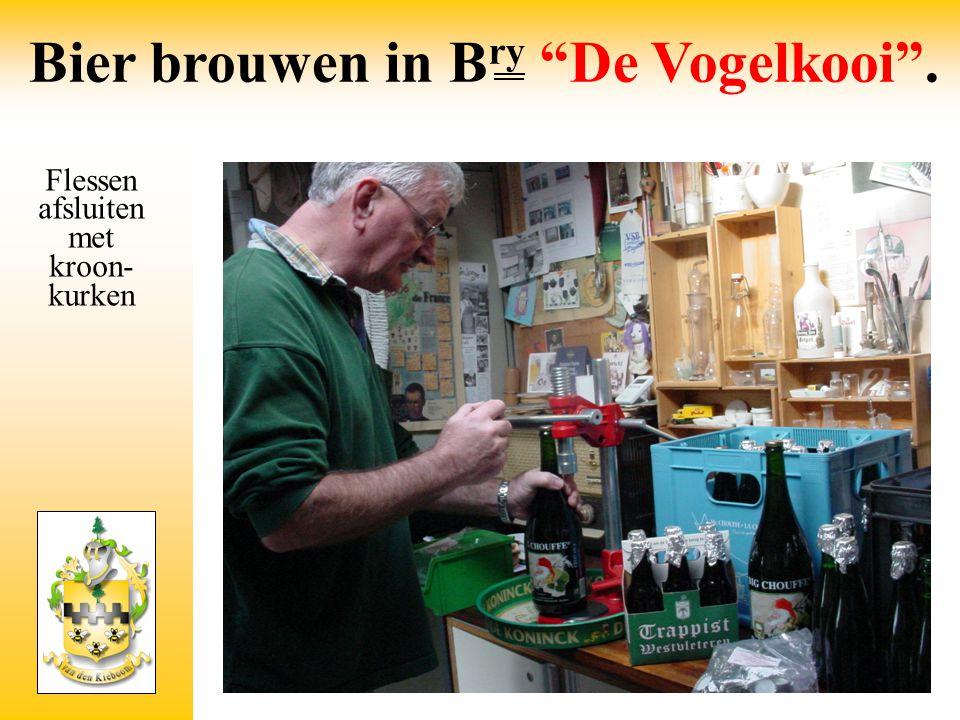 """Flessen afsluiten met kroon- kurken Bier brouwen in B ry """"De Vogelkooi""""."""